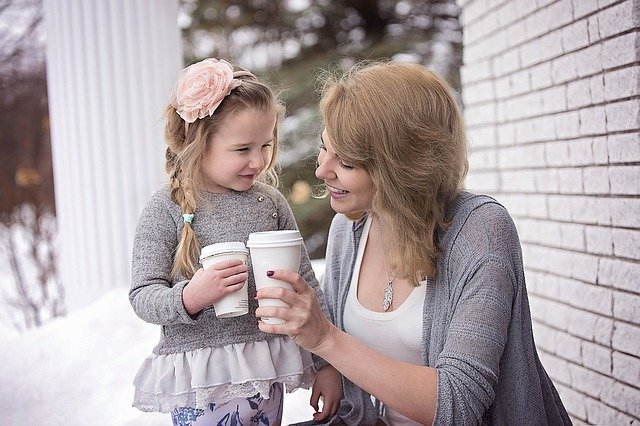 máma s dcerou a nápojem