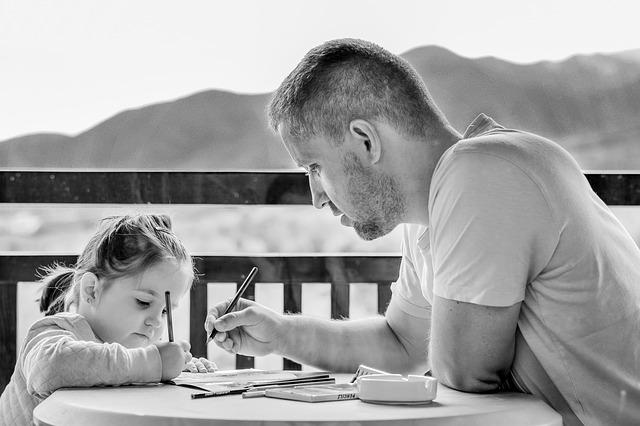 otec s dcerou malují