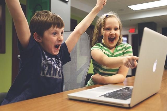 nadšené děti z notebooku