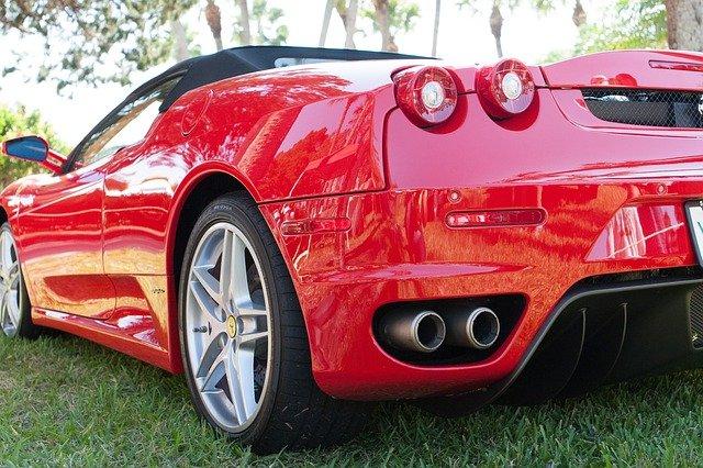 pohled na výfuk Ferrari