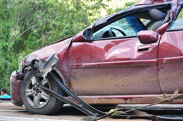 auto po autonehodě na vozu odtahové služby