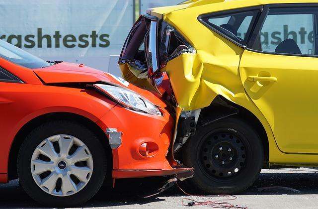 dva automobily během crash-testů