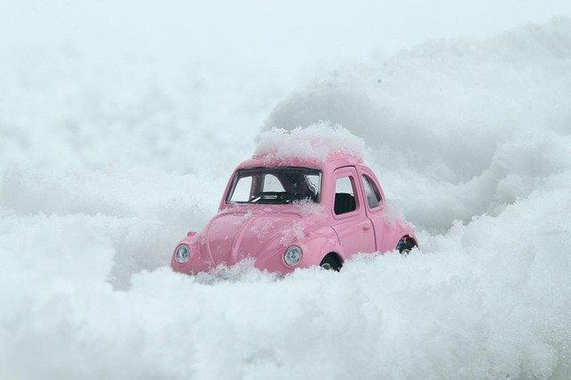růžové auto ve sněhu