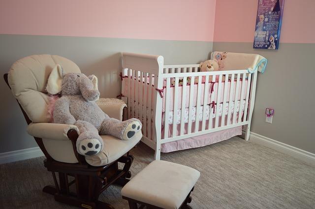 dětský pokoj s šedým kobercem