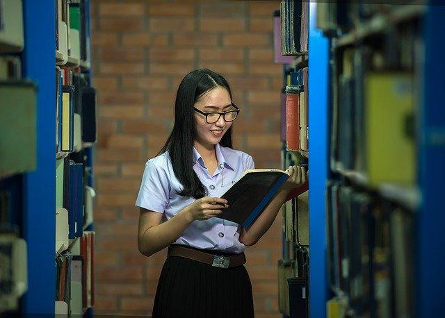 dívka s býlemi v knihovně