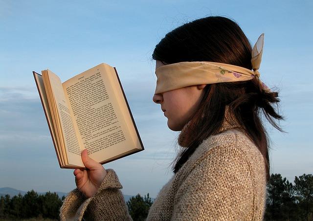 čtení se zavázanýma očima