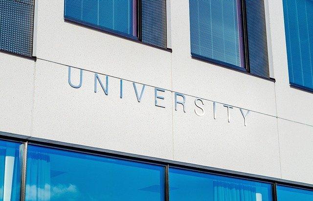 nápis university na budově