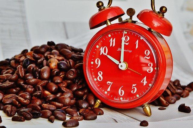 Budík, který vaří kávu