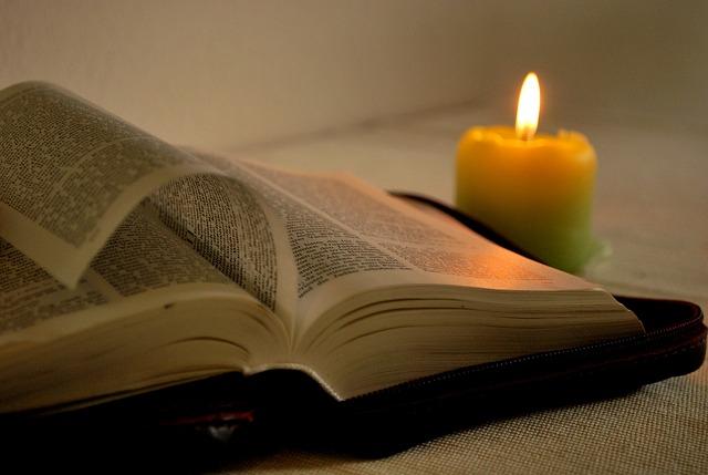 svíčka u knihy