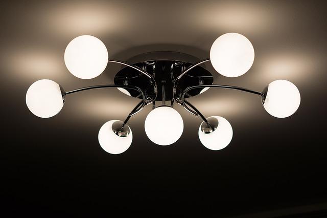 lustr se sedmi žárovkami