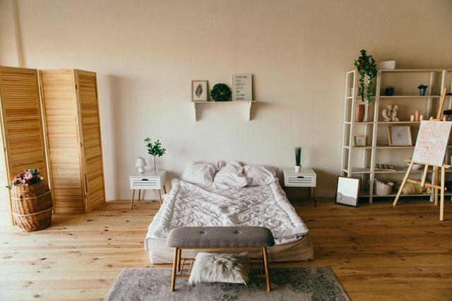 pokoj s dřevěným paravánem