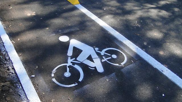 označení cyklostezky na asfaltové silnici
