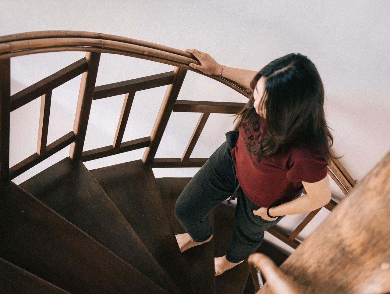děvče co stoupá po točitých schodech nahoru