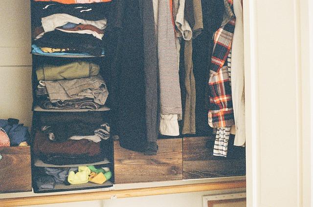 skříň nacpaná textilem