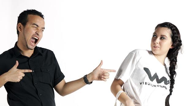 muž a žena v reklamním tričku