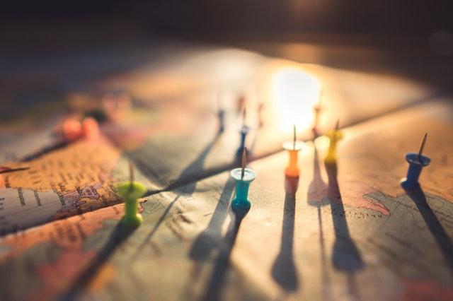 papírová mapa států s barevnými připínáčky