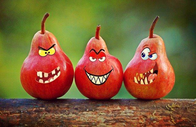 červené hrušky s tvářemi