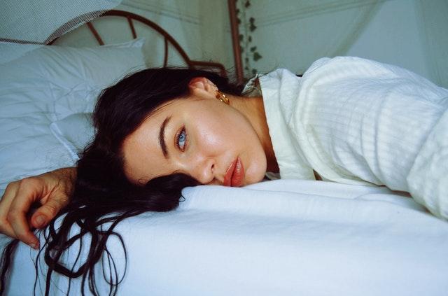 unavená žena na posteli
