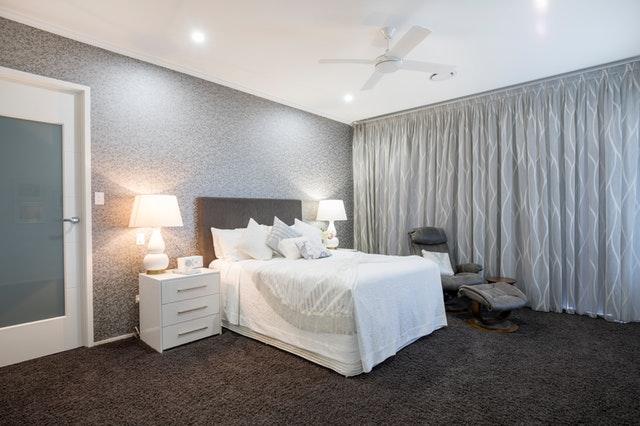 velká bílo šedá ložnice